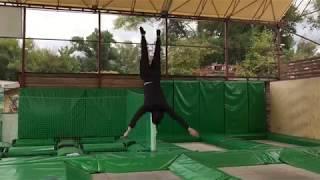 тренировка по прыжкам на батуте