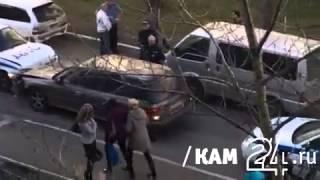 Водитель во дворе удирает от полиции, разбив несколько машин ГАИ