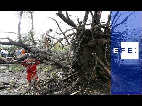 Haiyan se debilita tras arrasar con Filipinas