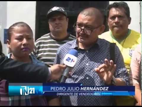 Vendedores de Santa Tecla marchan a la alcaldía para pedir una mesa de diálogo