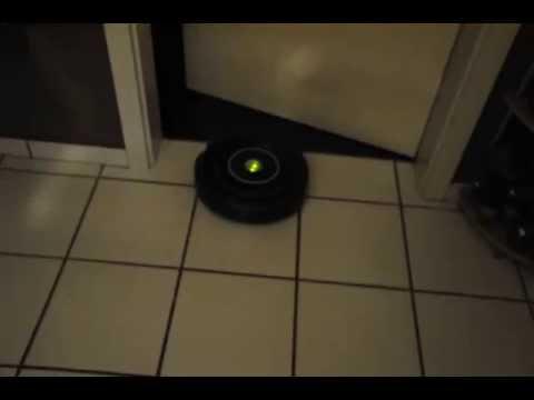 Roomba 650 Saugroboter saugt Fliesen im Hausflur