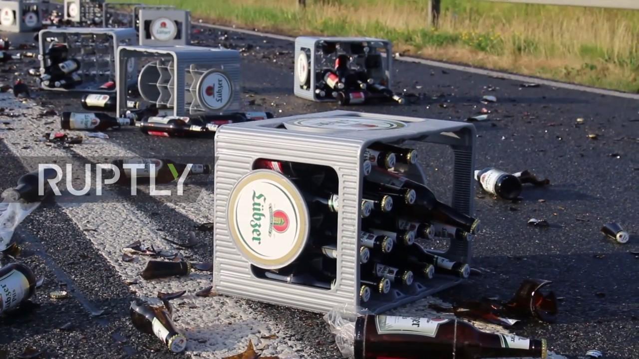 Нервным не смотреть! В Германии 350 ящиков пива выпали из грузовика