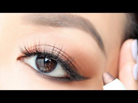 Youtube applying eye makeup