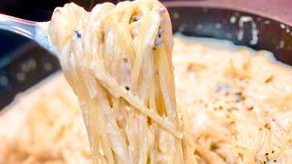 Deliciosos espaguetis a los cuatro quesos. Una receta de pasta que se prepara en diez minutos. Receta muy rápida y muy fácil.  Si te espesa la salsa, puedes añadir un poco del agua de la cocción de los espaguetis.  Ingredientes para 4 personas: 350 g de espaguetis 400 ml de nata de cocinar o media crema 100 g de queso mozzarella 100 g de queso gorgonzola 100 g de queso edam 100 g de queso parmesano 30 g de mantequilla sin sal sal, pimienta, nuez moscada y orégano   Sube tu foto a Instagram y etiquétame @annarecetasfaciles   Sígueme en: INSTAGRAM https://www.instagram.com/annarecetasfaciles/ FACEBOOK https://www.facebook.com/annarecetasfaciles/ TWITTER http://twitter.com/Sariaa1 GOOGLE + https://plus.google.com/u/0/+Annarecetasfaciles   Visita MI BLOG ANNA RECESTAS FÁCILES http://www.annarecetasfaciles.com/    Contacto: anna@annarecetasfaciles.com