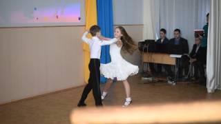 Смотреть онлайн Мальчик с девочкой красиво танцуют Ча-Ча-Ча в школе