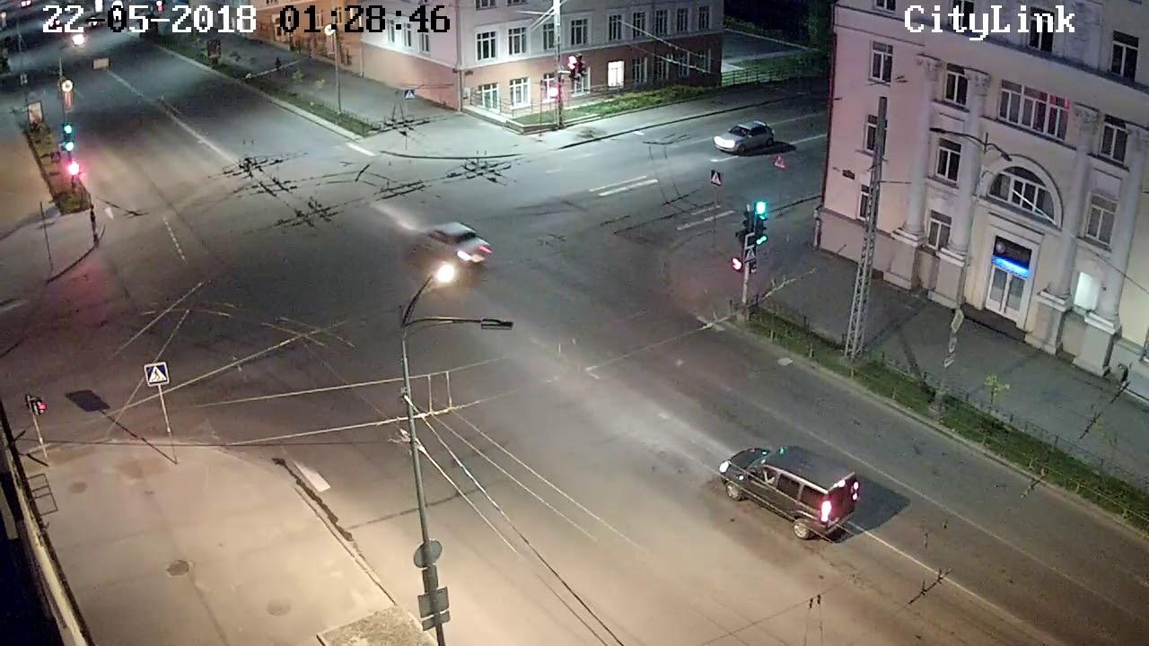 В Петрозаводске на проспекте Ленина, девушка пыталась перебежать на красный...