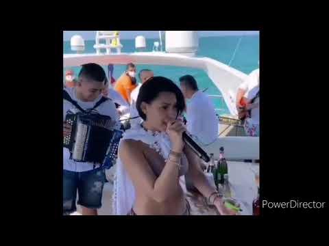 Cantando Un Clásico En Un Yate Ana Del Castillo