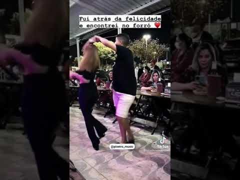 Casal Dançando Forro Rodado