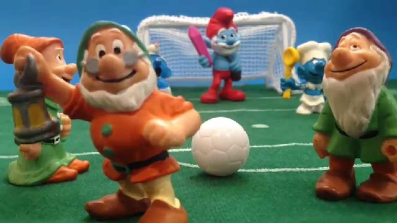 Fútbol. Enanitos contra Pitufos.