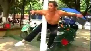 Смотреть онлайн Мужчина (61 год, китаец) занимается воркаутом