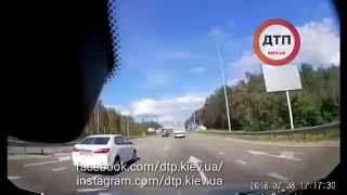 Жесть На трассе: видео. Житомирская трасса: подрезанный на развороте Шевроле летит кувыркаясь на вст