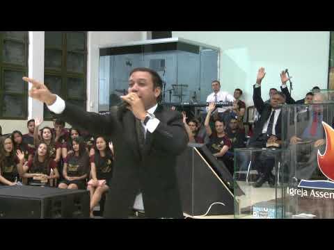 Cantor Luciano Rocha de Bom Jesus de Goiás cantando em Caçu Goiás dia 6/5/2018