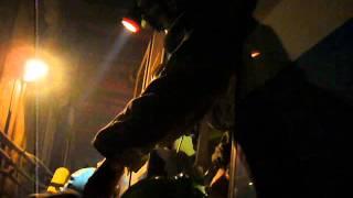P1090713 спуск на носилках ГО в 1 дверь вагона