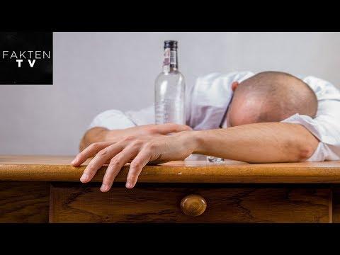 Der Mann trinkt von es ist nichts zu machen