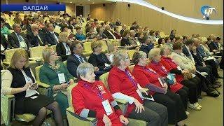 Серебряные волонтеры, соцработники и медики обсудили систему долговременного ухода за пожилыми