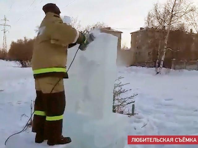 Пожарные лепят снежные скульптуры