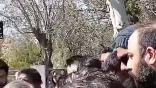 عارف لرستانی در مراسم خاکسپاری علی معلم و در حال تسلی دادن به علی اوجی / Aref Lorestani Ali Moallem