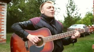 парень красиво поёт и очень классно играет на гитаре до слёз!!!!