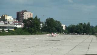 preview picture of video 'Crazy landing PZL-Mielec M-26-01 Iskierka SP-DIF [HD]'