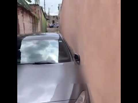 Carro fica preso em viela, no Parque Amazônia, em Goiânia (veja vídeo)