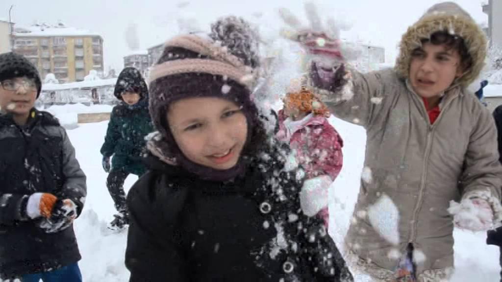 Bafra'da kar çocukları sevindirdi
