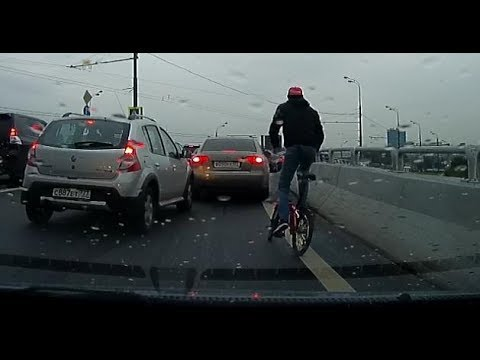 За велосипедистом с монтировкой