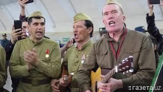 Военные музыканты выступили с песнями в Ташкентском метро