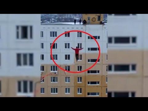 В Уфе экстремалы прошлись по канату на высоте десятиэтажного дома