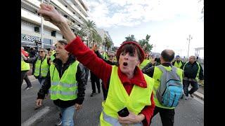 Франция: участница манифестации попала под колёса автомобиля…