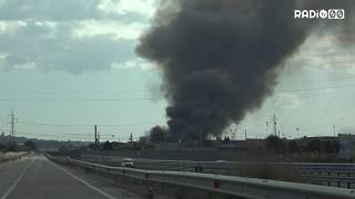 Incendio devastante sulla ss96, in fiamme un capannone