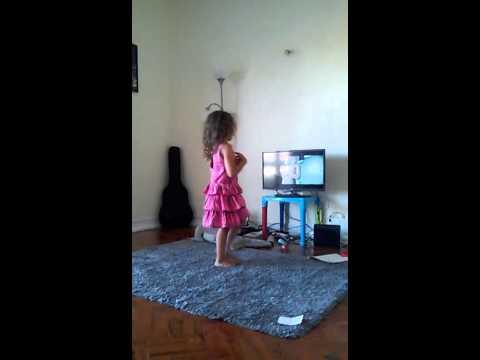 Alice dançando Chandelier da Sia