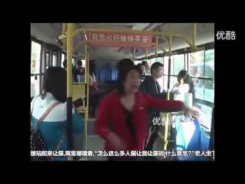 [Trung Quốc] Phụ nữ trẻ đá thẳng vào mặt cụ ông vì… phải nhường ghế xe buýt