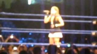 Lilian Garcia entonando el himno nacional peruano [WWE Smackdown en Lima - Perú]