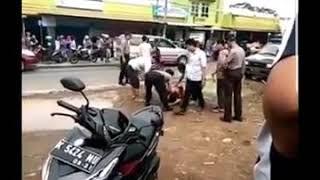 Gambar cover viral !! Dua orang LGBT ketangkap mesum di mobil.