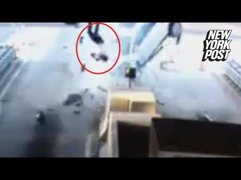 سيارة تقذف سائقها من الزجاج الأمامي بعد اصطدامها بمنفذ لدفع الرسوم