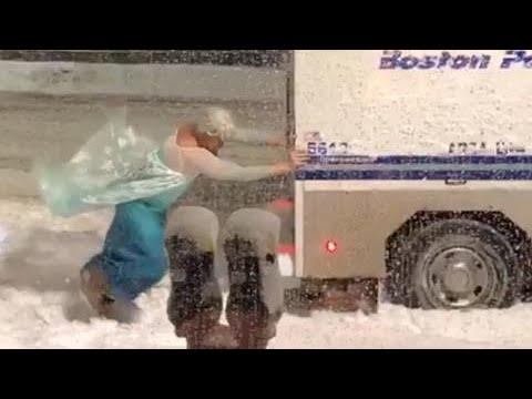 Мужик в костюме Эльзы вытолкал пикап полиции в Бостоне