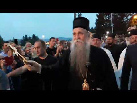 Хиљаде грађана дочекало владику Јоаникија у Беранима (ВИДЕО)