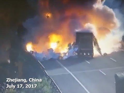 В Китае от столкновения взорвались два грузовика