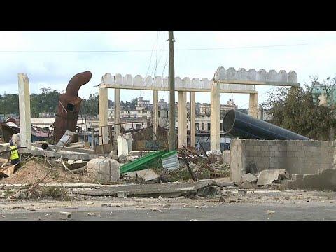 العرب اليوم - شاهد: حطام سيارات وأنقاض بيوت في العاصمة هافانا
