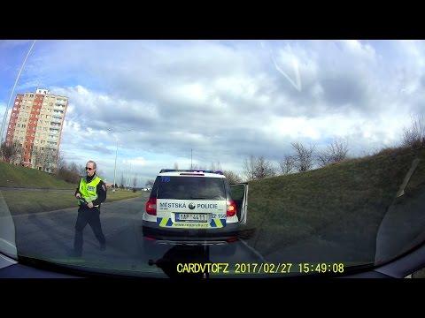 Městská policie vybržďuje a najíždí z boku do auta