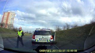 Městská policie vybržďuje a najíždí z boku do auta/ Czech police brake checking