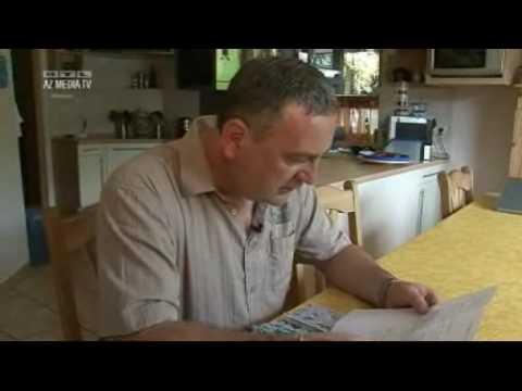 Malermeister liest Bewerbungsschreiben von Immigranten vor