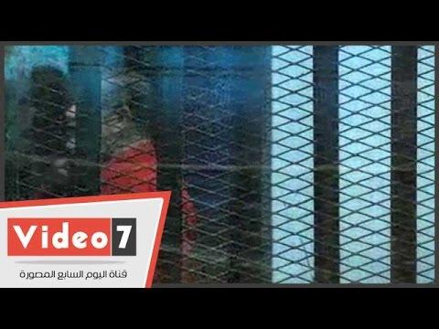 بعد محاولة اغتيال النائب العام..مرسى يشير بعلامة الذبح من داخل القفص