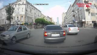 Жуткая авария в центре Екатеринбурга: серьезно пострадал пассажир мотоцикла