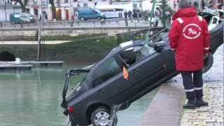 preview picture of video 'Célà tv - Accident de voiture sur le port de La Rochelle le 28/12/12'