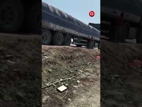 شاهد بالفيديو.. تجار يشكون: القوات الامنية تمنع عبور الشاحنات المحملة بالطحين باتجاه بغداد