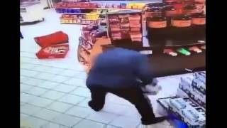Смотреть онлайн Работник магазина остановил грабителя двух ящиков пива