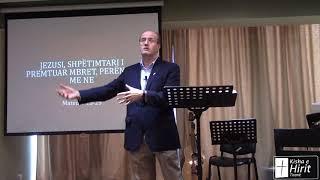 Jezusi, Shpëtimtari i premtuar Mbret, Perëndia me ne