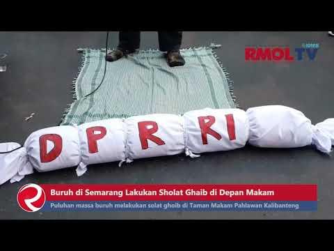 Buruh di Semarang Lakukan Sholat Ghaib di Depan Makam