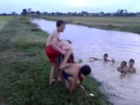 Xem xong nhớ cái thời trẻ trâu đi tắm sông quá